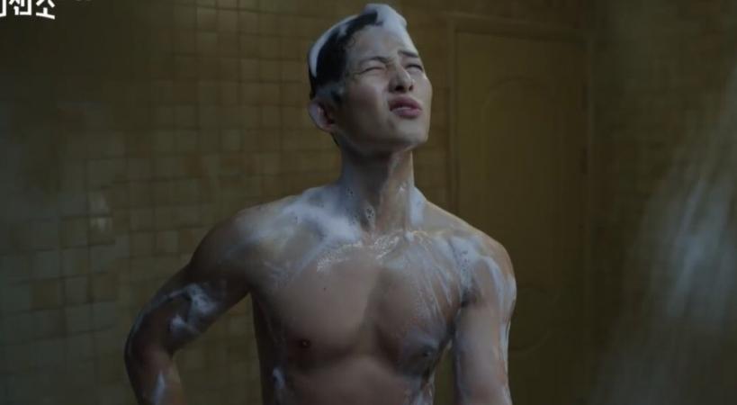 Song Joong Ki bị lột hết đồ, đang tắm thì hết nước, 'nói chuyện' với vòi hoa sen trong 'Vincenzo' tập 1