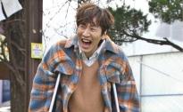 Lee Kwang Soo chống nạng 'nhăn nhó' trở lại 'Running man'