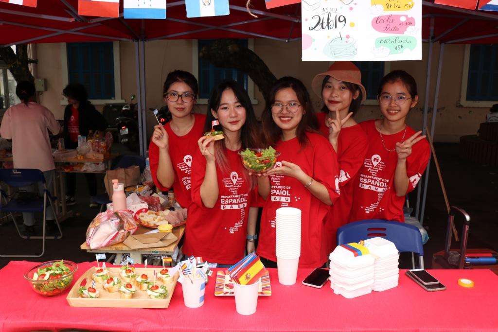 Hội chợ ẩm thực các nước nói tiếng Tây Ban Nha - Trải nghiệm khó quên cùng sinh viên Đại học Hà Nội