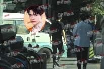 Dịch Dương Thiên Tỉ đi lại khó khăn sau chấn thương trong quá trình ghi hình phim mới 'Trường Tân Hồ'