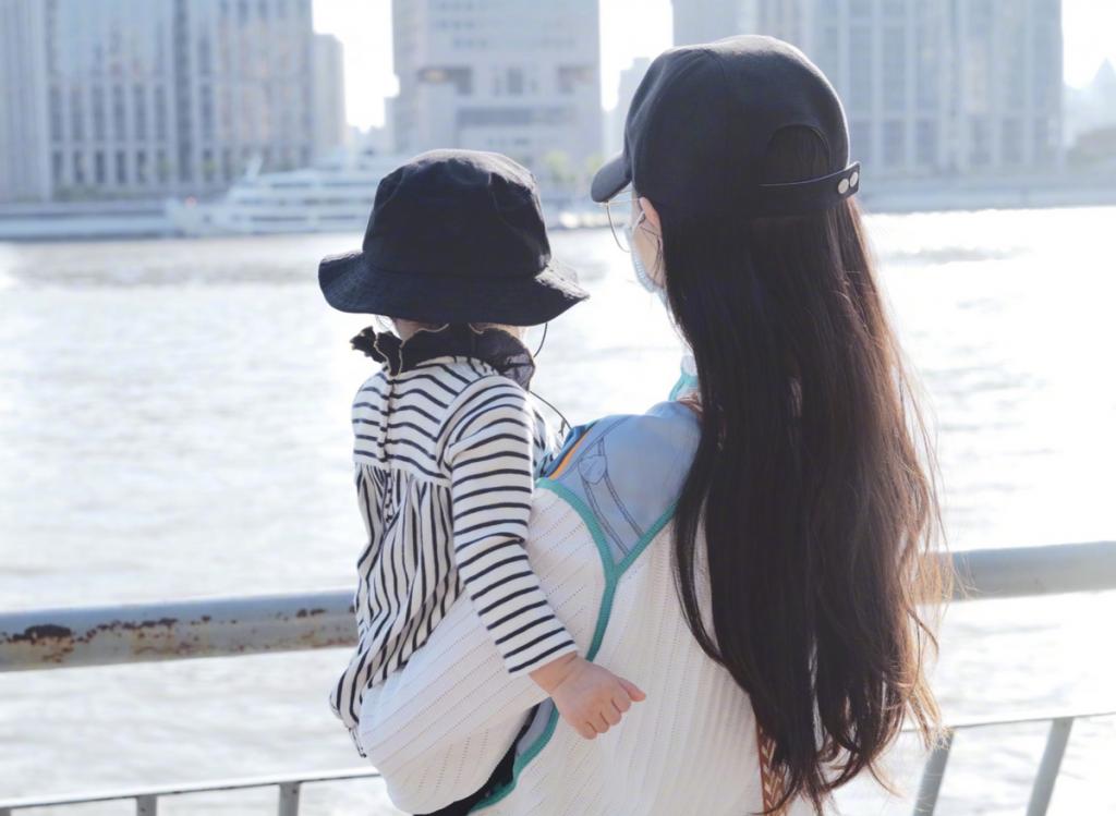Đường Yên khoe ảnh chụp cùng con gái 1 tuổi, hạnh phúc bên La Tấn