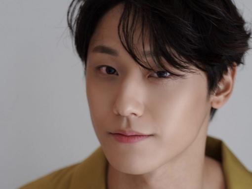 Lee Do Hyun đang cân nhắc trở thành mỹ nam u uất trong phim mới về bê bối tình dục