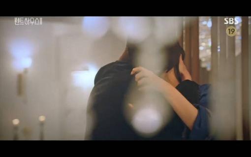 'Penthouse 2' tập 4: Seok Kyung thành công đe dọa Cheon Seo Jin bằng bí mật 'kinh hoàng'