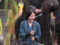 Triệu Lộ Tư một tay đỡ lấy bạn diễn nam, cười như được mùa trên phim trường 'Tinh Hán Xán Lạn'