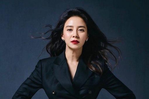 Song Ji Hyo hóa phù thủy ma mị, ra tay bảo vệ gái xinh trong teaser phim mới