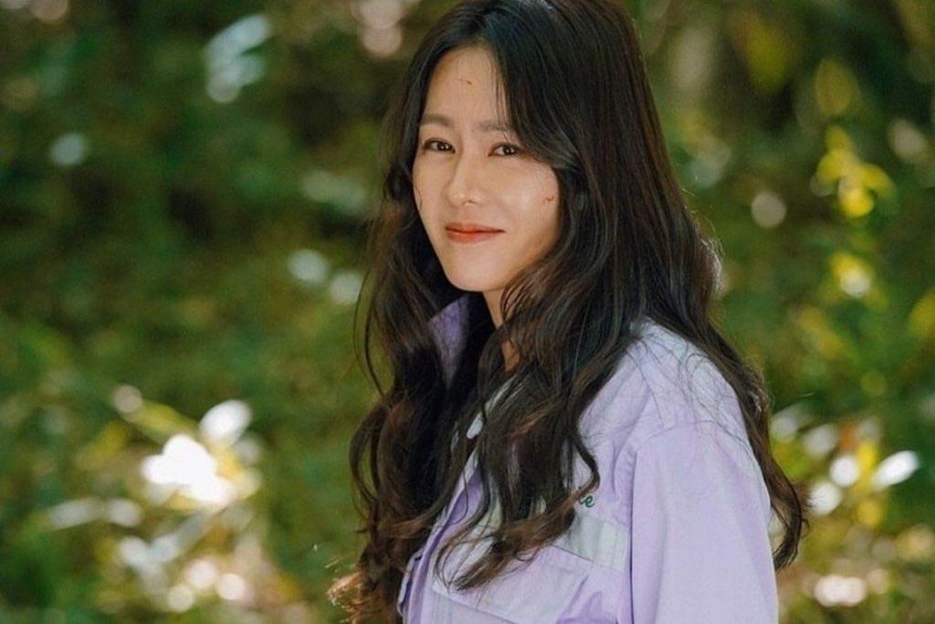 Son Ye Jin đập tan tin đồn mang thai với hình ảnh nữ công sở bận rộn ở hậu trường phim mới
