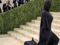 Những combo 'độc - dị - lố' trên thảm đỏ Met Gala 2021: Kim Kardashian đen xì từ đầu tới chân