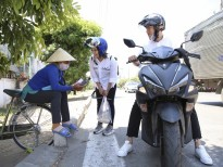 Bất chấp nắng nóng, Quang Đăng và Thái Trinh chạy xe máy tặng quà 8/3 cho những phụ nữ khó khăn