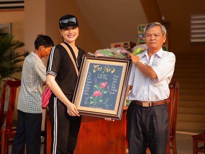 Lily Chen khiến thầy cô xúc động khi quay về trường tri ân, giúp đỡ học sinh nghèo
