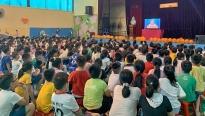 Học sinh miền Trung thích thú với 'Rạp phim trường em'
