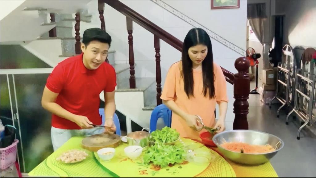 'Ở nhà vui mà': Kha Ly hạnh phúc cùng Thanh Duy vào bếp nấu ăn ngày giãn cách